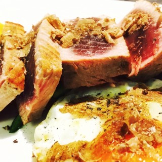 La tagliata di tonno con tartufo bianco e uovo bio di San daniele