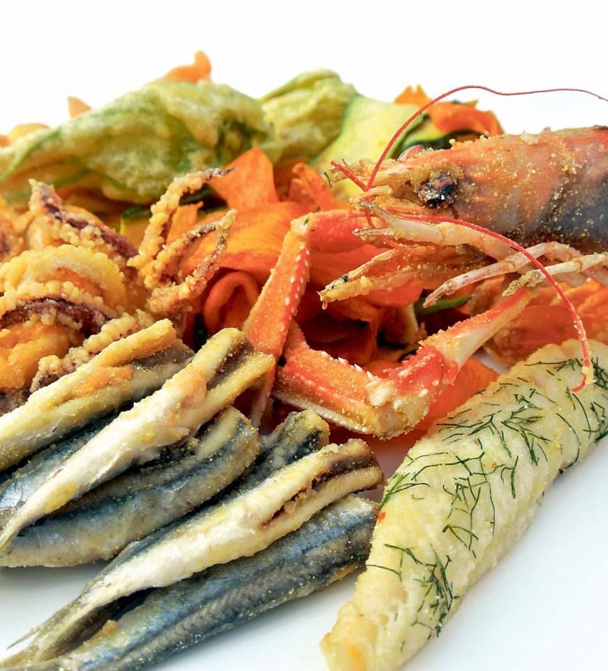Il fritto di misto di pesce crostacei e verdure