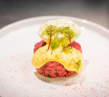 La tartare di filetto d'angus irlandese con zabaione piccante e burroil